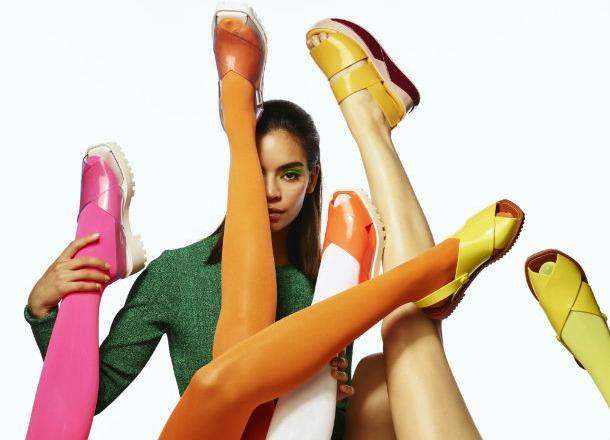 Z czym zestawić kolorowe buty?