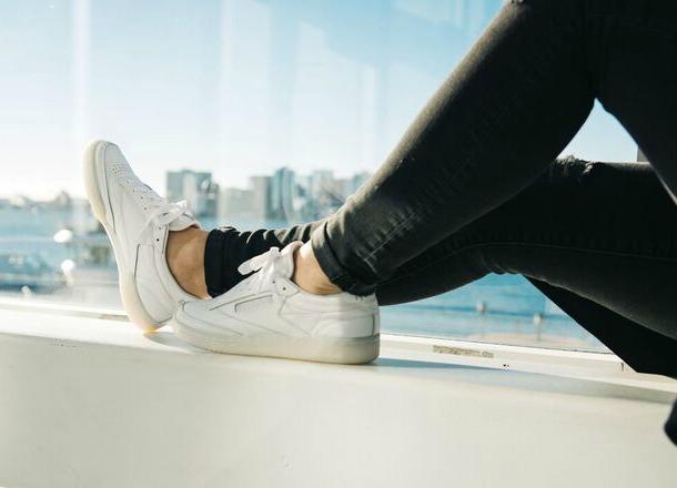 10 zasad noszenia sneakersów