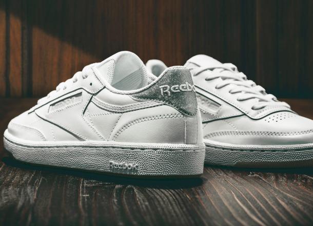 4 stylizacje z białymi sneakersami na każdą okazję