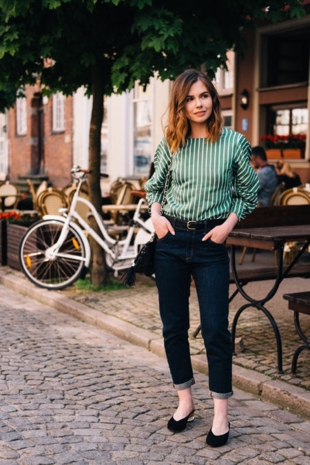 bluzka i klasyczne jeansy