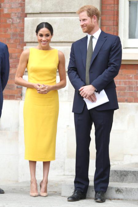 meghan markle żółta sukienka