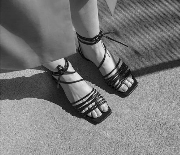 Produkt tygodnia – wiązane sandałki w stylu Carrie Bradshaw
