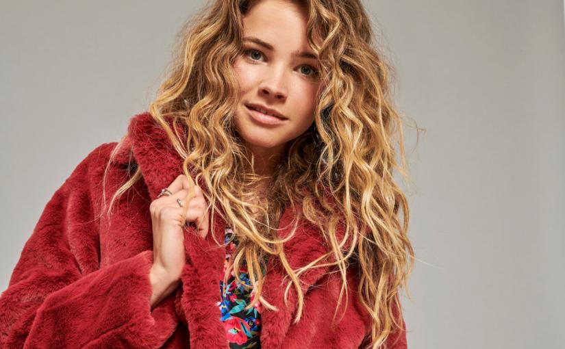 Bordowy płaszcz i inne elementy garderoby w najmodniejszy kolorze – sprawdź, jak je nosić!