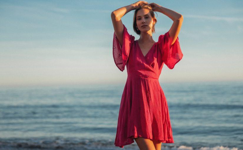 Masywne ramiona – jaka sukienka pozwoli Ci się pozbyć tego kompleksu?